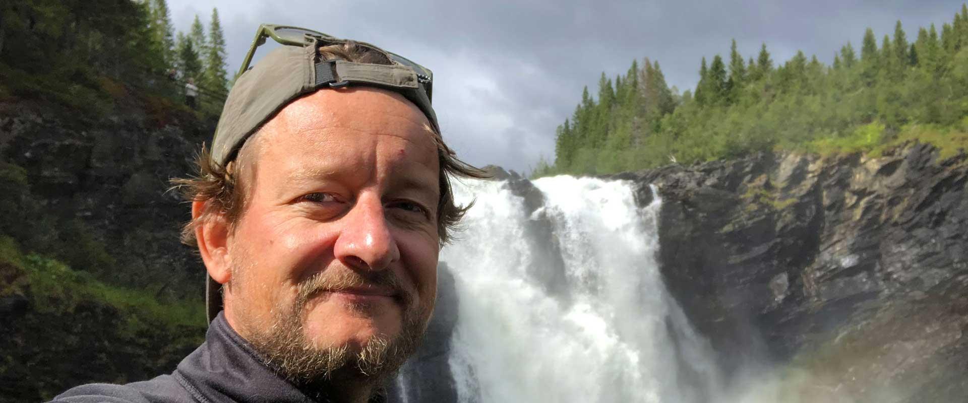 A man in front of Tännforsen