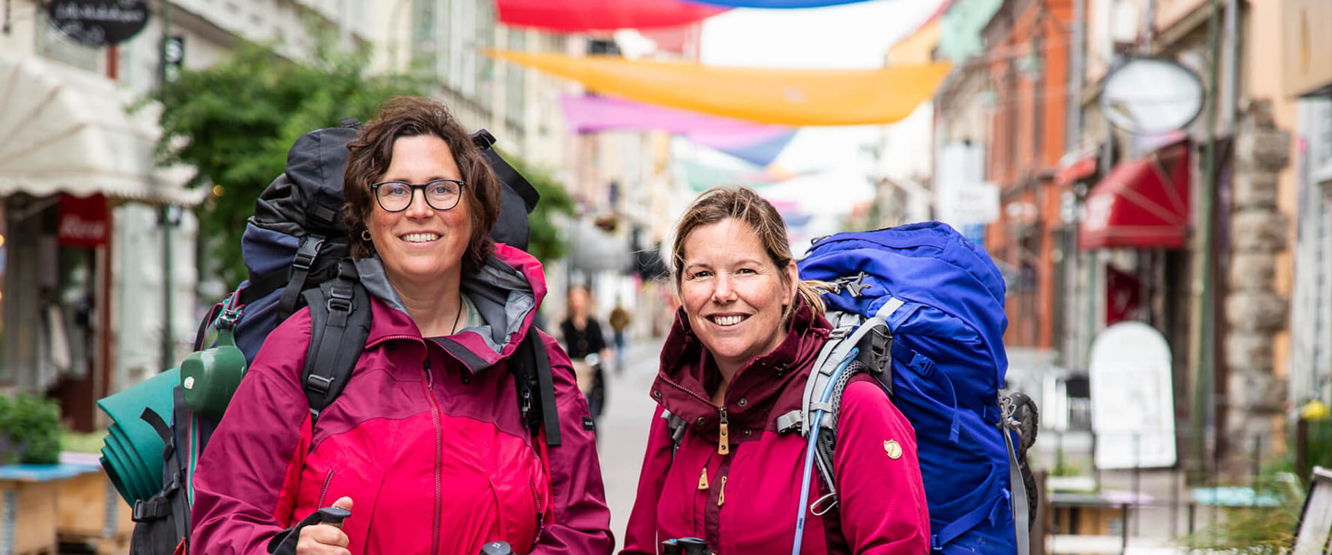 Two women with backpack in a city